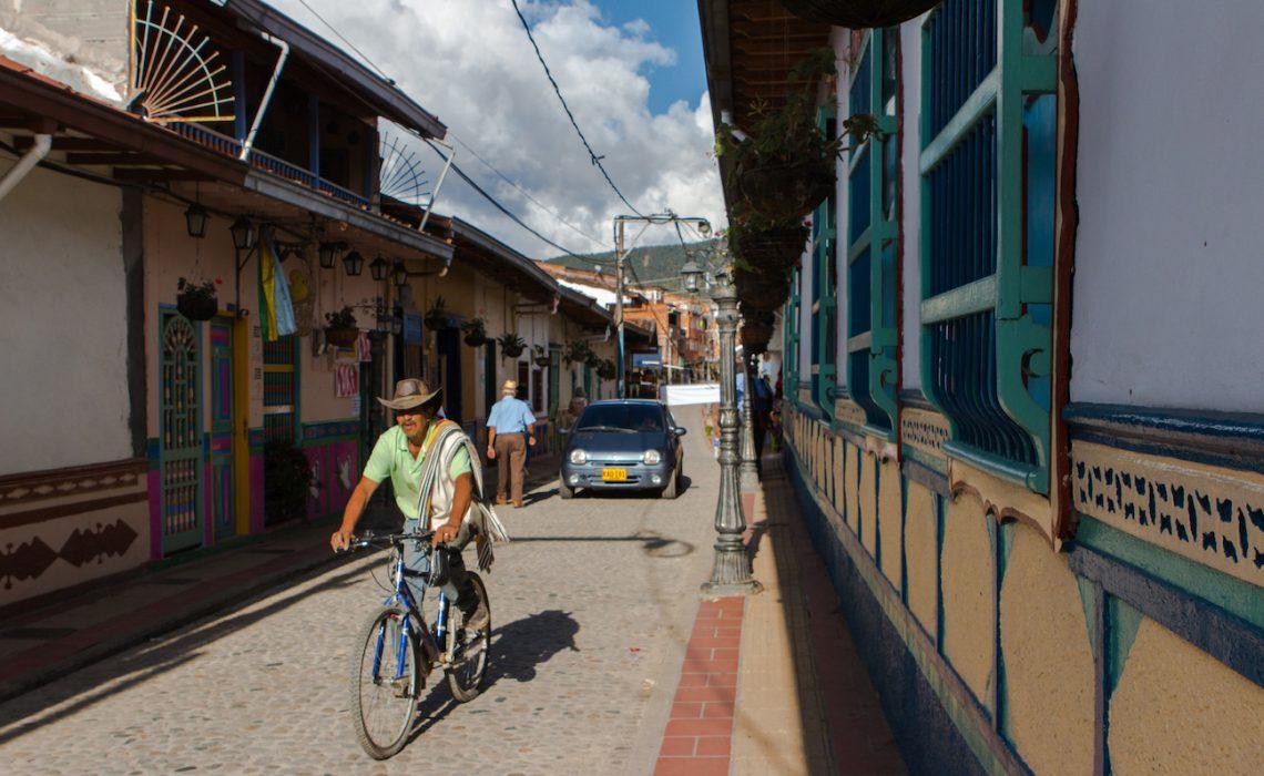 guatapé bike antioquia street