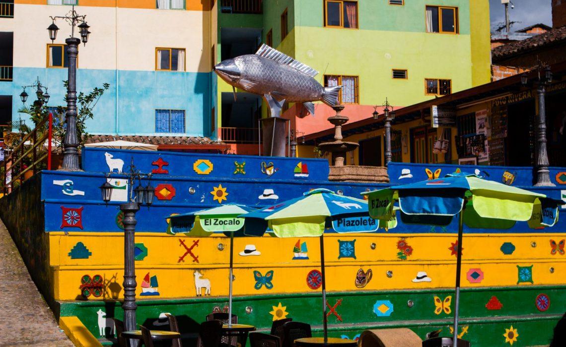 colors guatapé pueblo village